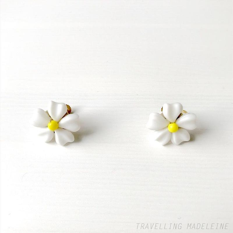 1950's White Glass Flower Screw Earrings 白い花 グラス スクリューイヤリング(W18-152E)