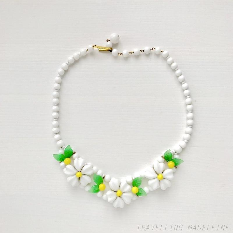 1950's White Glass Flower Necklace 白い花 グラス ネックレス(W18-153N)