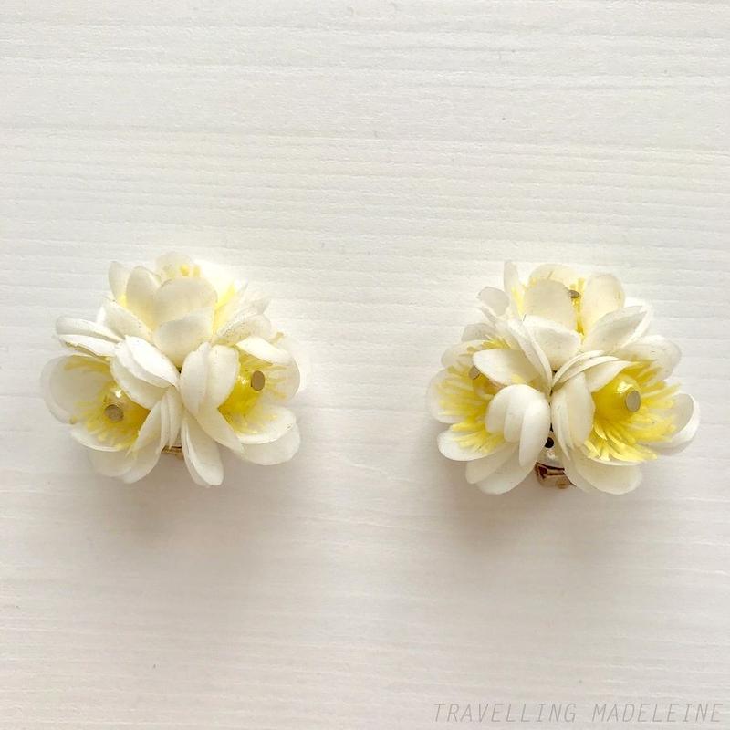 1960-70's  White x Yellow Soft Plastic Flower Clip Earrings 白x黄色 ソフトプラスチック お花 クリップイヤリング(W17-89E)