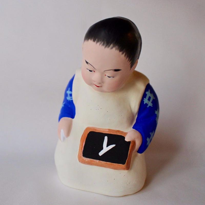 石版持ち童人形