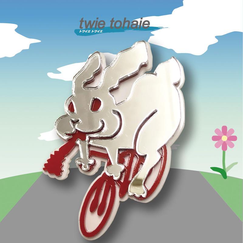 うさぎブローチon自転車 リフレクターブローチ