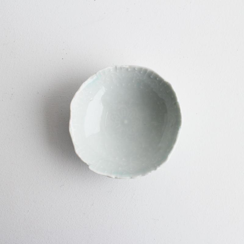 青白磁陽刻豆皿