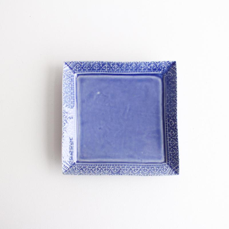 青釉陽刻角皿