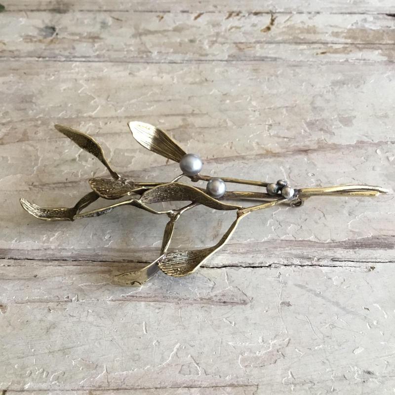 ヤドリギ brooch