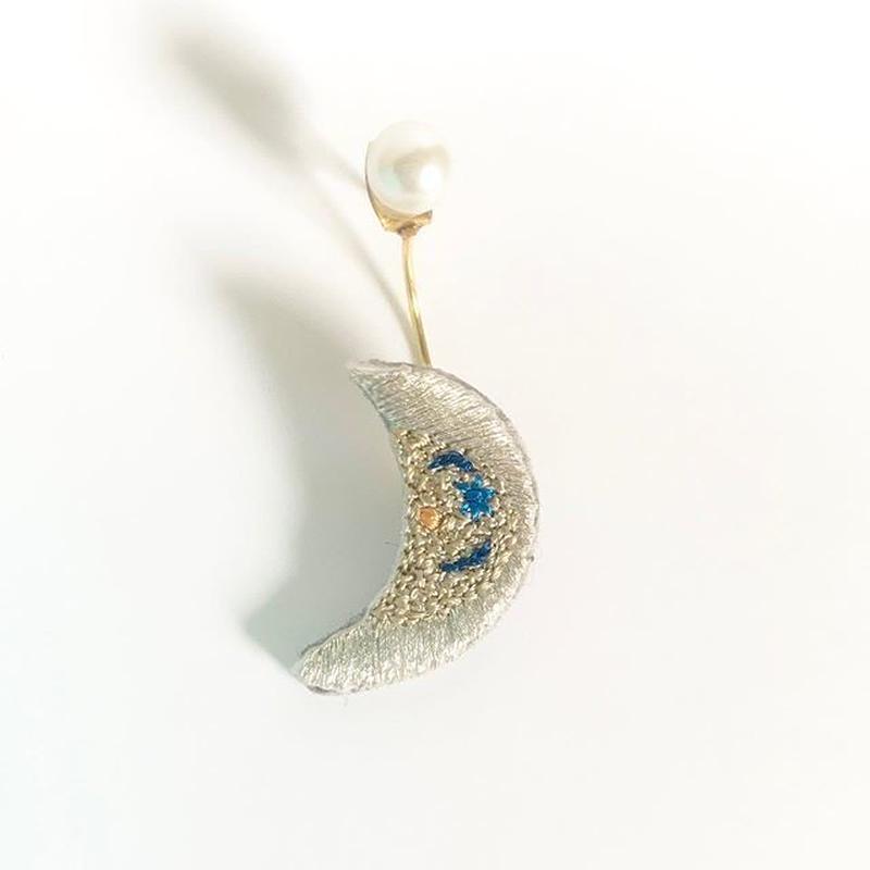 """""""moon pierced earring -single """""""