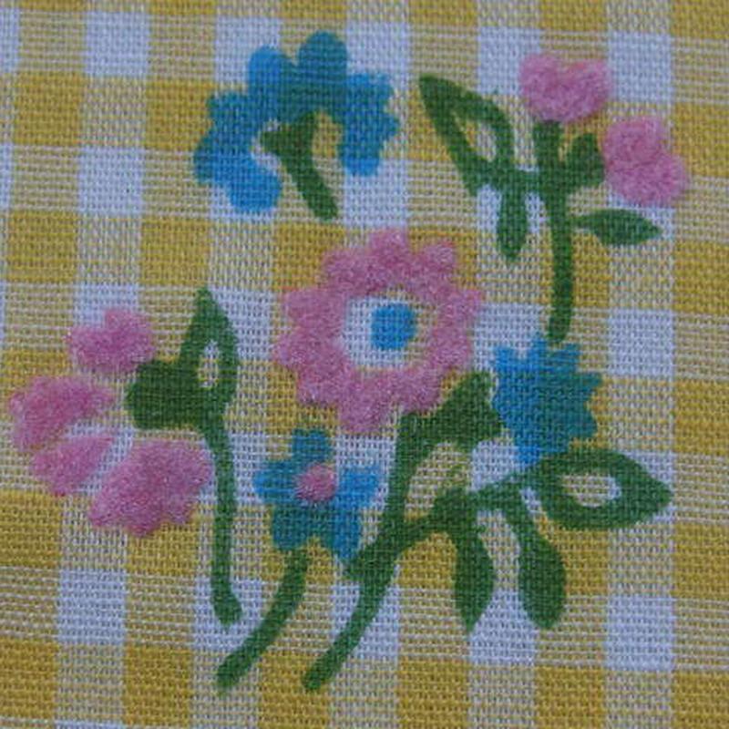 #403 レトロなピンクの凹凸の花と格子柄