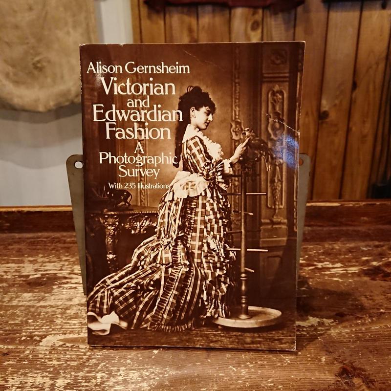 Alison Gernsheim Victorian and Edwardian fashion a photographic survey.  Photo book