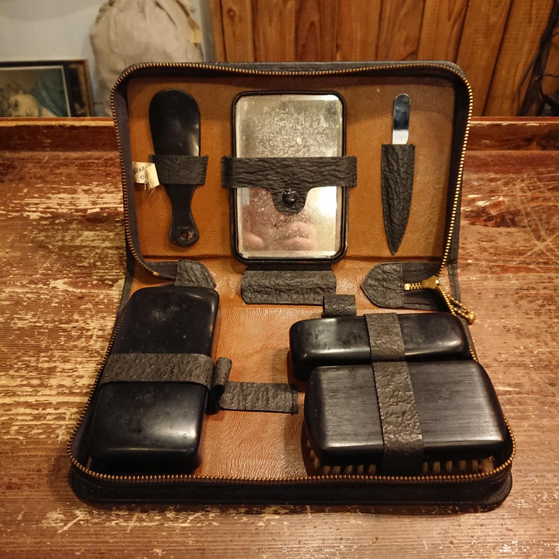 1930s~ Leather grooming case.