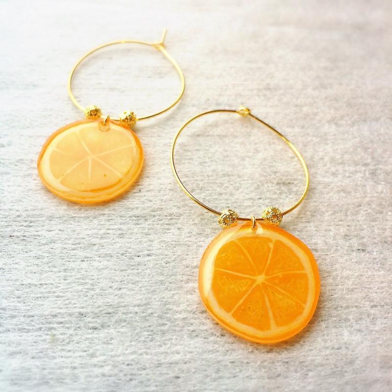 オレンジのフープピアス