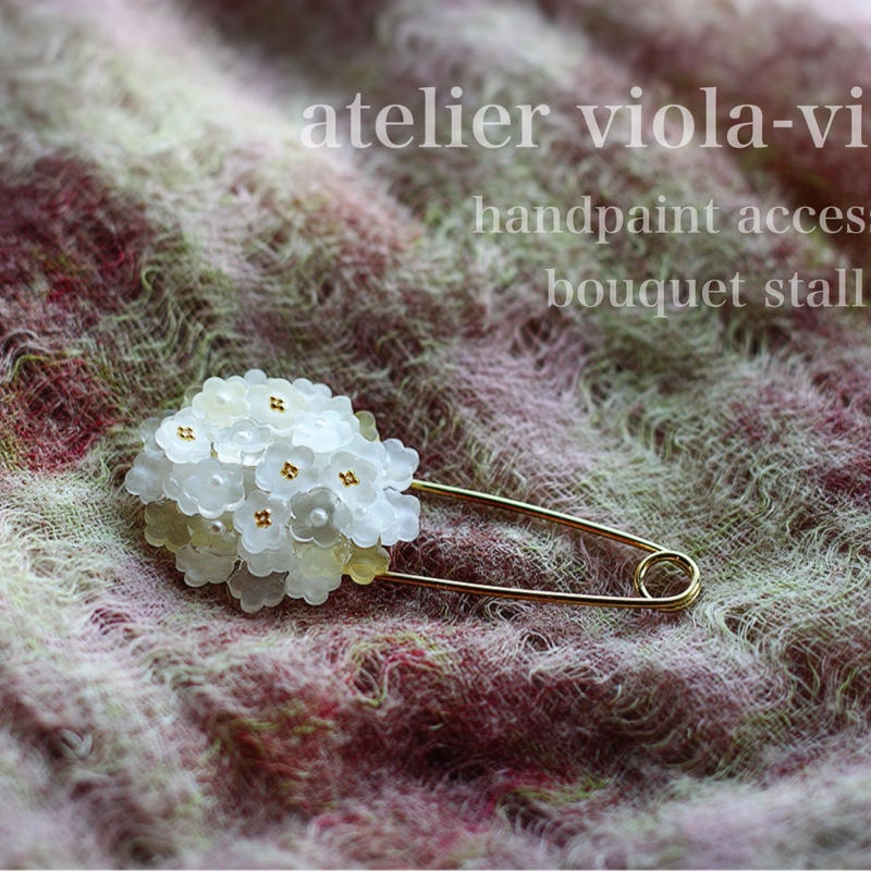白い花束のストールピン