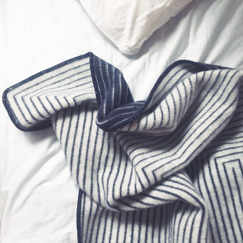 Stella blanket (white x navy)