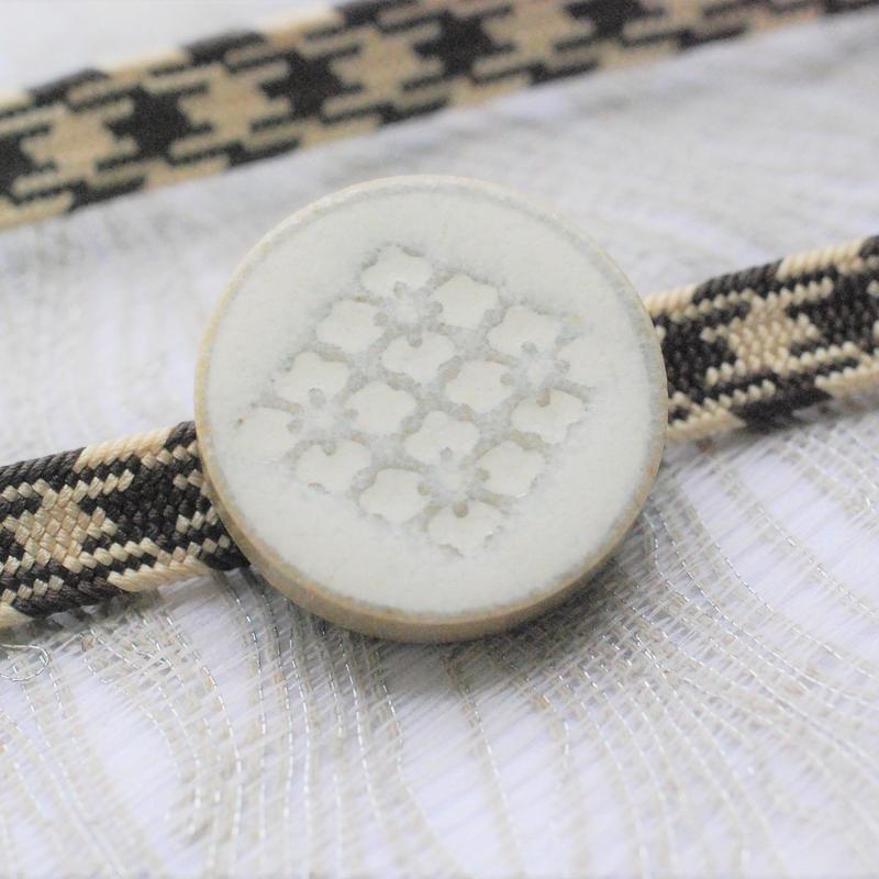花菱柄の帯留(白)