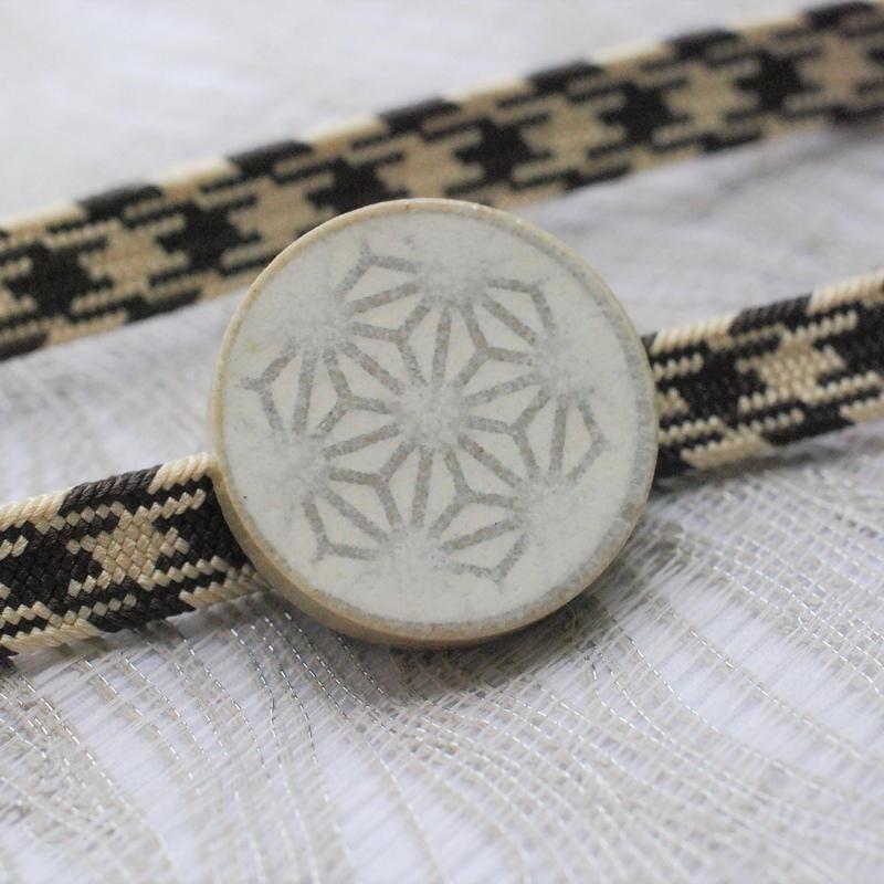 麻の葉柄の帯留(白)