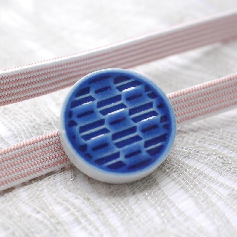 矢絣柄の帯留(藍)