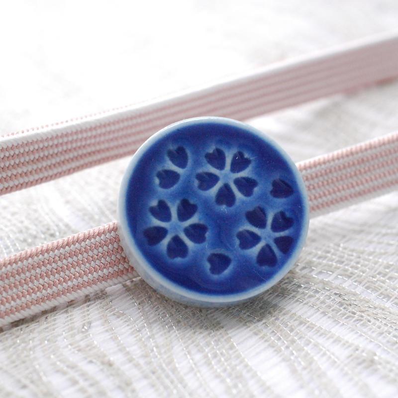 桜柄の帯留(藍)