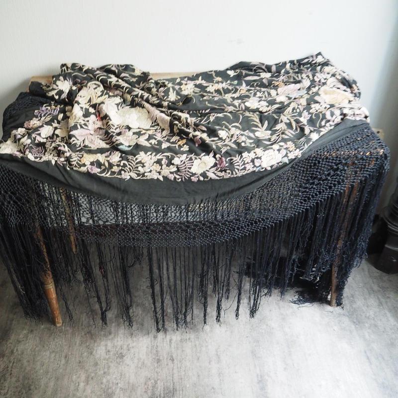 un  châle brodé de soie  noir