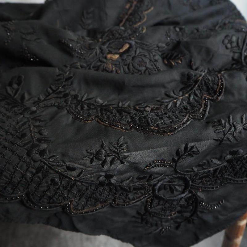 un  tissue noir