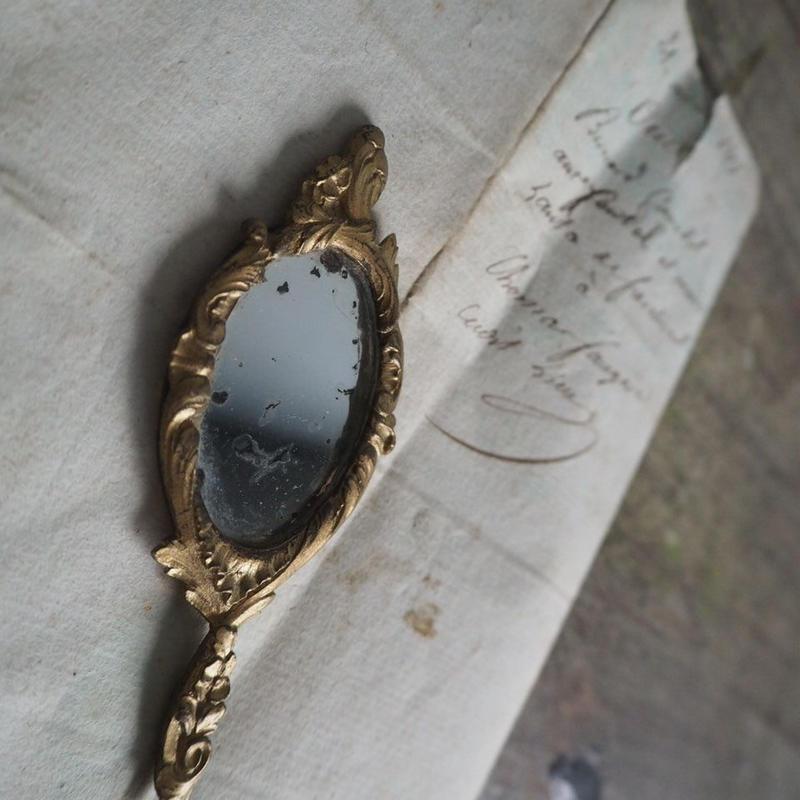 un petit miroir de poche
