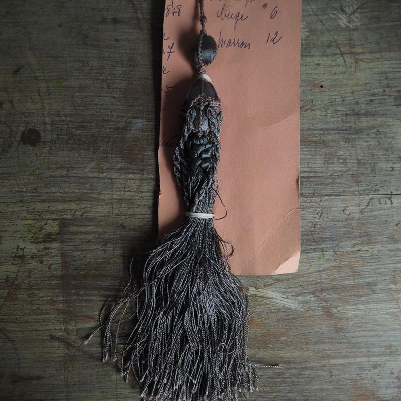 un pompon gris