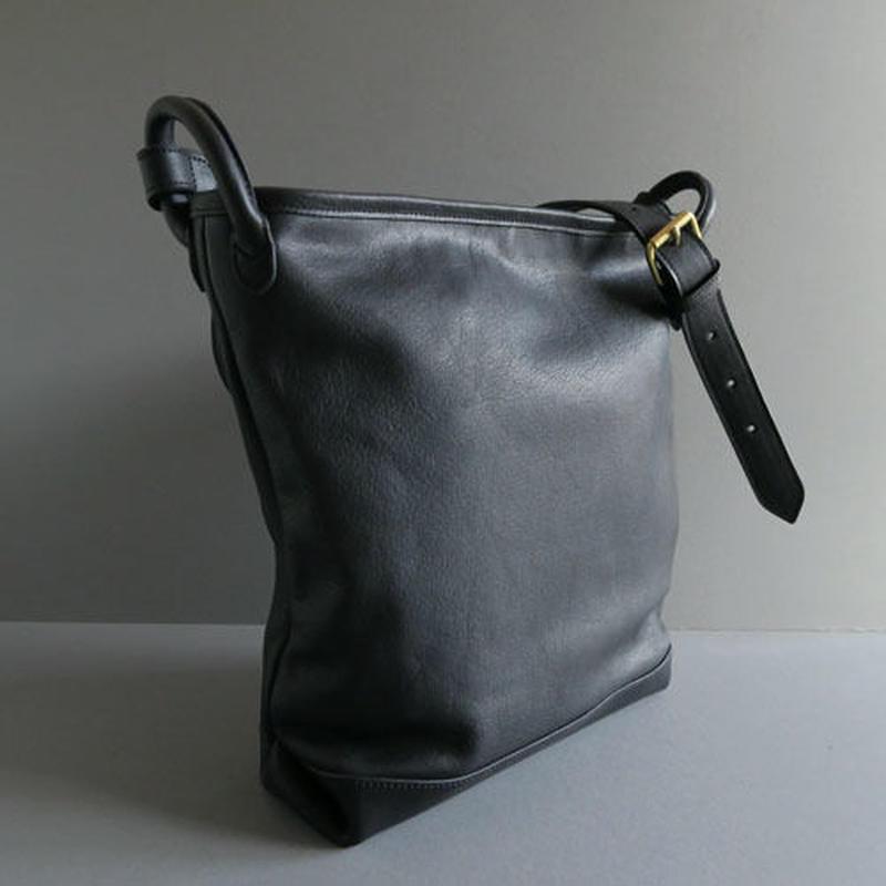 bucket shoulder bag      ( black )