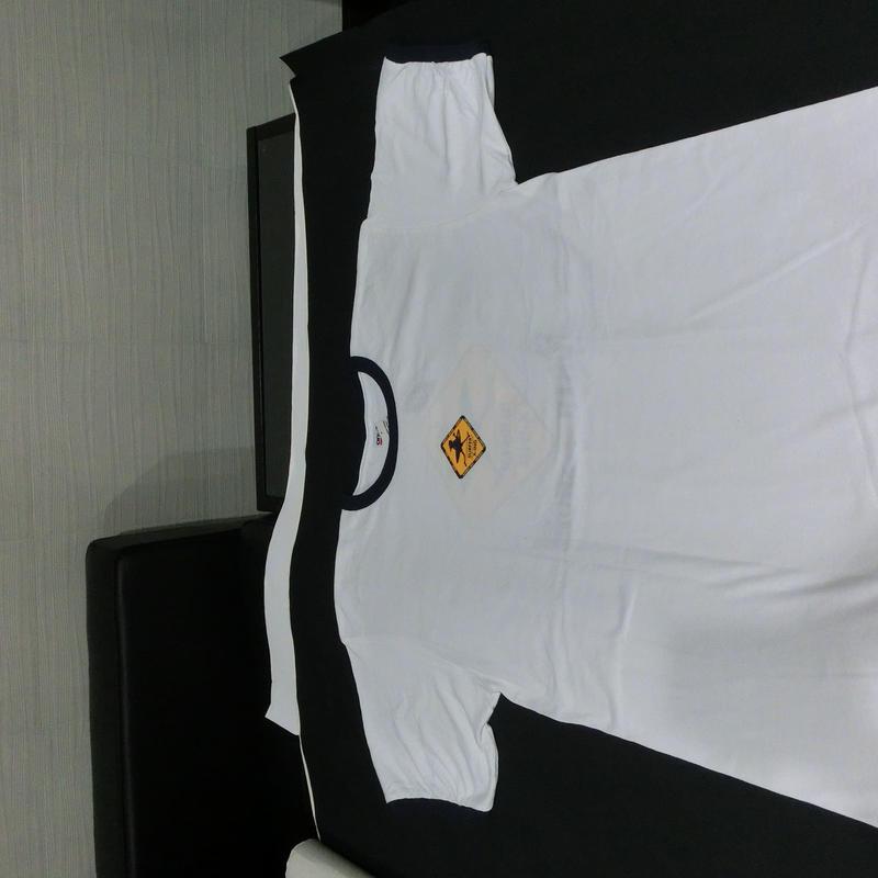 白 真中ワンポイント 袖口・襟黒、バックプリント