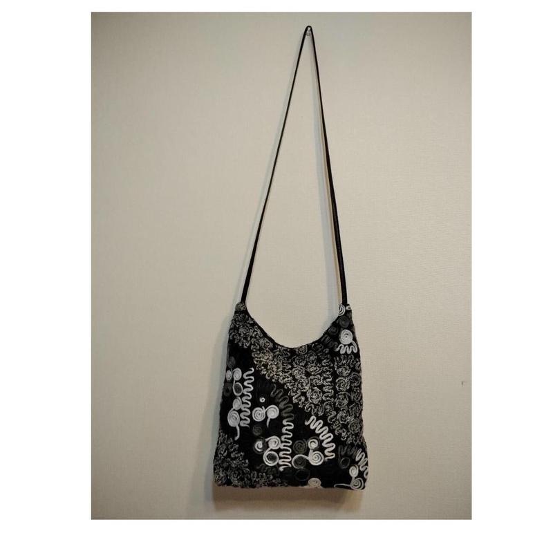 コード刺繍モノトーンカラーショルダーバッグ