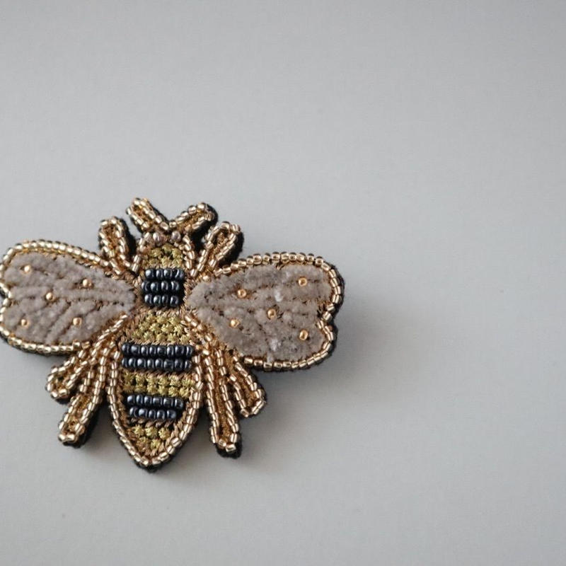 金運の象徴 蜂ブローチ