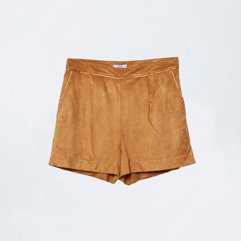 beige short pants