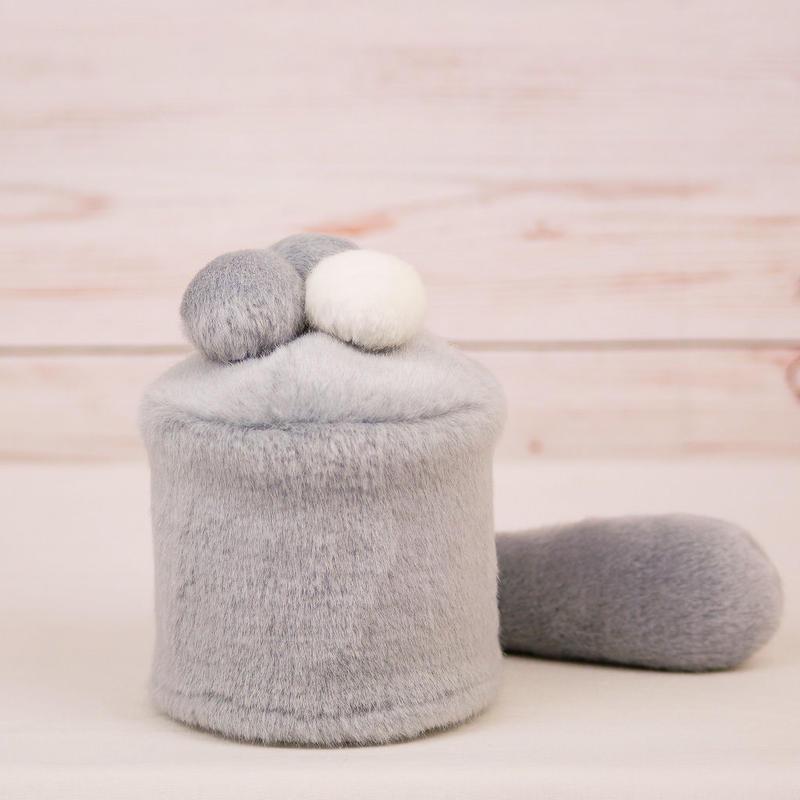 ペット用骨壺カバー / サイズ:3寸 / ベース:グレー / ボンボン:白・グレー・グレー / しっぽ:グレー(S035)