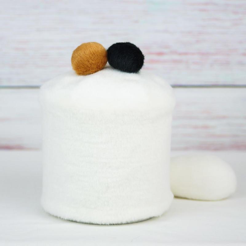 ペット用骨壺カバー / サイズ:4寸 / ベース:白 / ボンボン:ブラウン・黒 / しっぽ:白(S127)