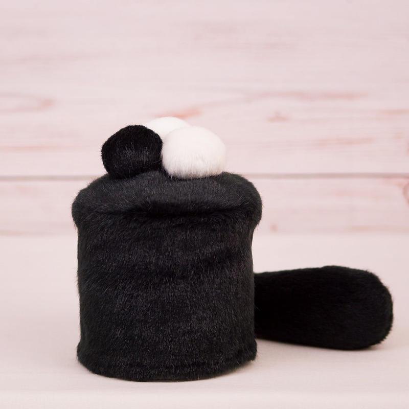 ペット用骨壺カバー / サイズ:3寸 / ベース:黒 / ボンボン:白・白・黒 / しっぽ:黒(S071)