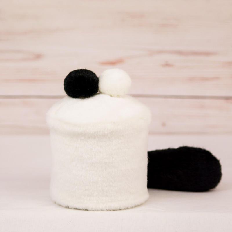 ペット用骨壺カバー / サイズ:3寸 / ベース:白 / ボンボン:黒・白 / しっぽ:黒(S115)