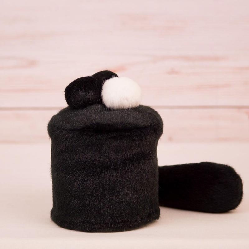 ペット用骨壺カバー / サイズ:3寸 / ベース:黒 / ボンボン:白・黒・黒 / しっぽ:黒(S069)
