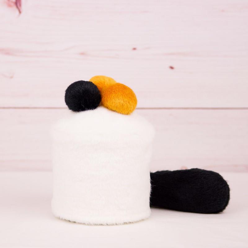 ペット用骨壺カバー / サイズ:3寸 / ベース:白 / ボンボン:黒・橙・橙 / しっぽ:黒(S091)