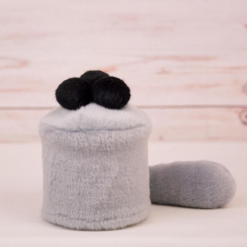ペット用骨壺カバー / サイズ:3寸 / ベース:グレー / ボンボン:黒・黒・黒 / しっぽ:グレー(S030)