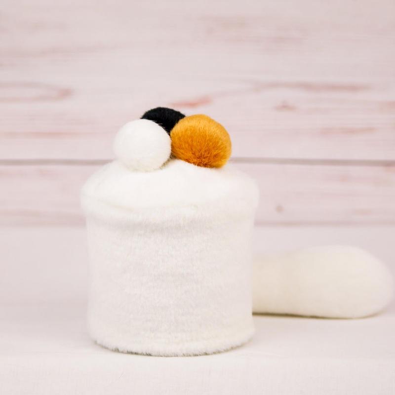 ペット用骨壺カバー / サイズ:3寸 / ベース:白 / ボンボン:白・橙・黒 / しっぽ:白(S120)
