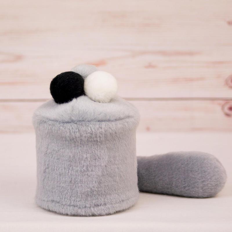 ペット用骨壺カバー / サイズ:3寸 / ベース:グレー / ボンボン:白・グレー・黒 / しっぽ:グレー(S021)