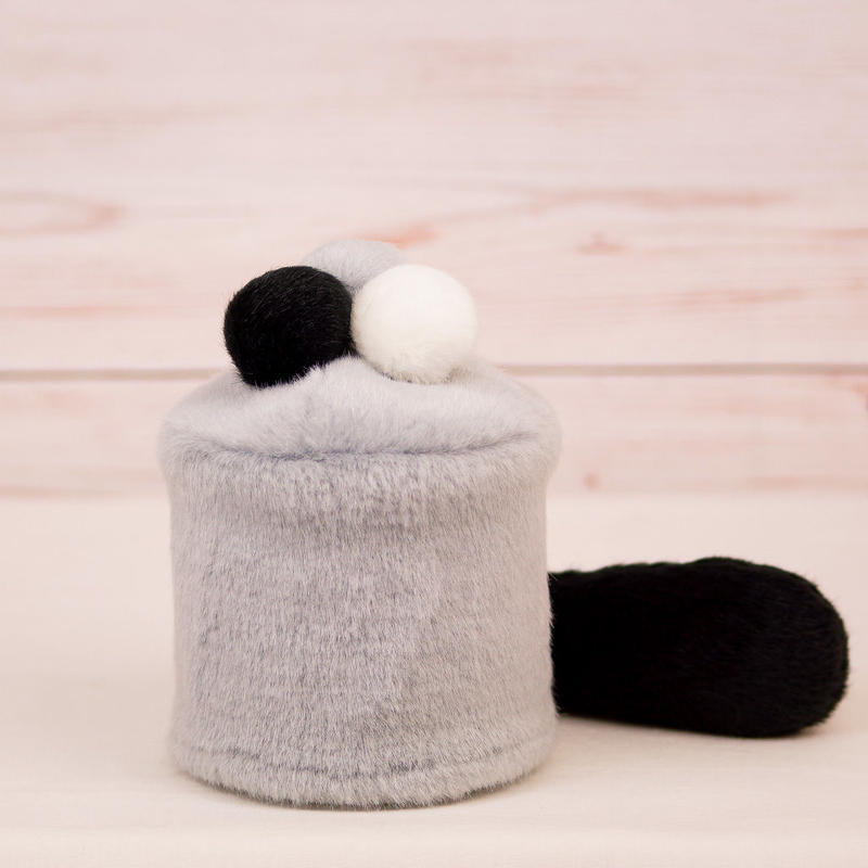 ペット用骨壺カバー / サイズ:3寸 / ベース:グレー / ボンボン:白・グレー・黒 / しっぽ:黒(S022)