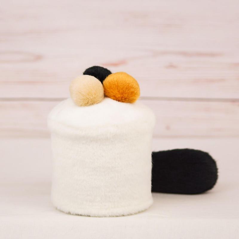 ペット用骨壺カバー / サイズ:3寸 / ベース:白 / ボンボン:黒・橙・クリーム / しっぽ:黒(S119)
