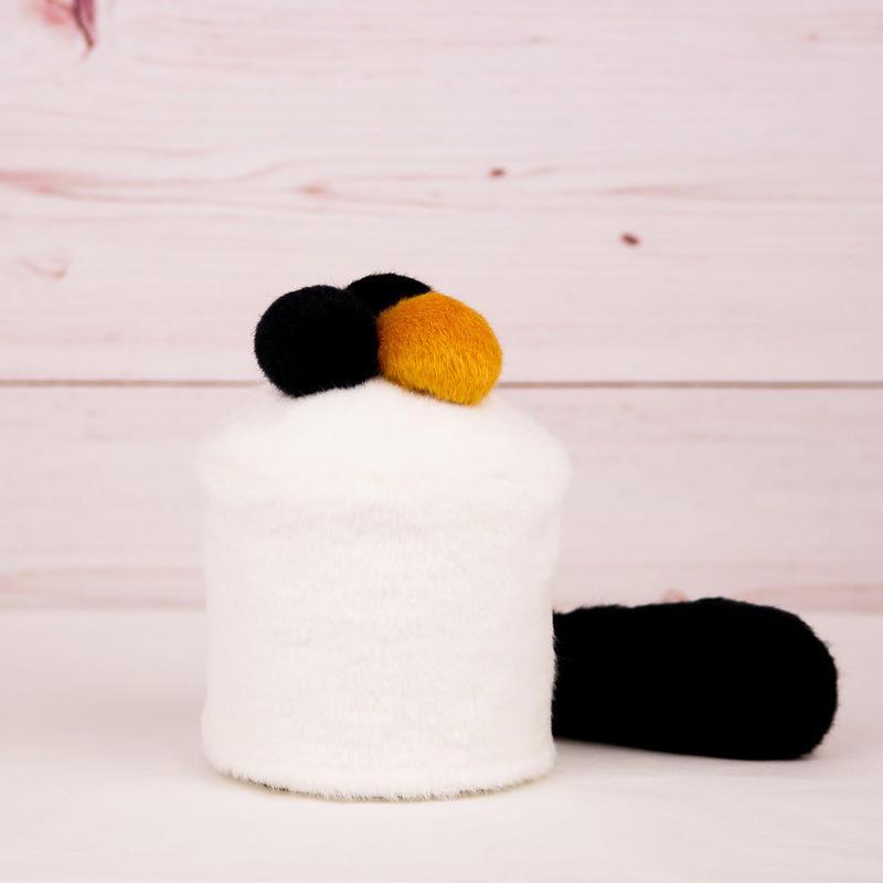 ペット用骨壺カバー / サイズ:3寸 / ベース:白 / ボンボン:黒・黒・橙 / しっぽ:黒(S092)