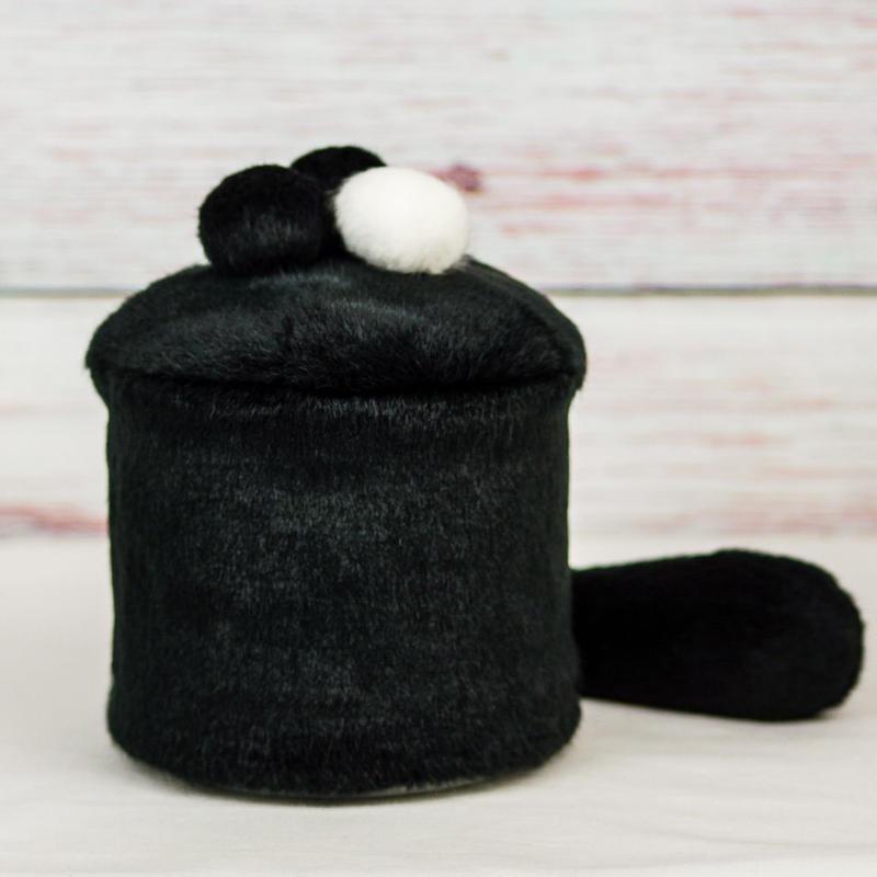 ペット用骨壺カバー / サイズ:4寸 / ベース:黒 / ボンボン:白・黒・黒 / しっぽ:黒(S190)