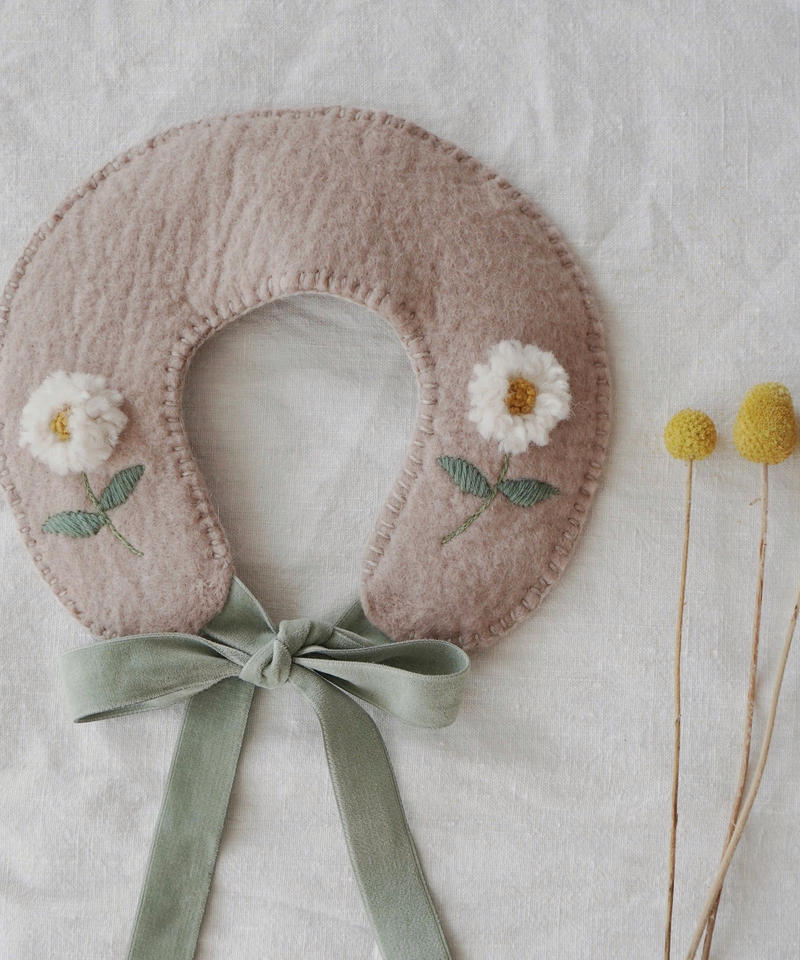 Wool felted collar with embroidered daisy