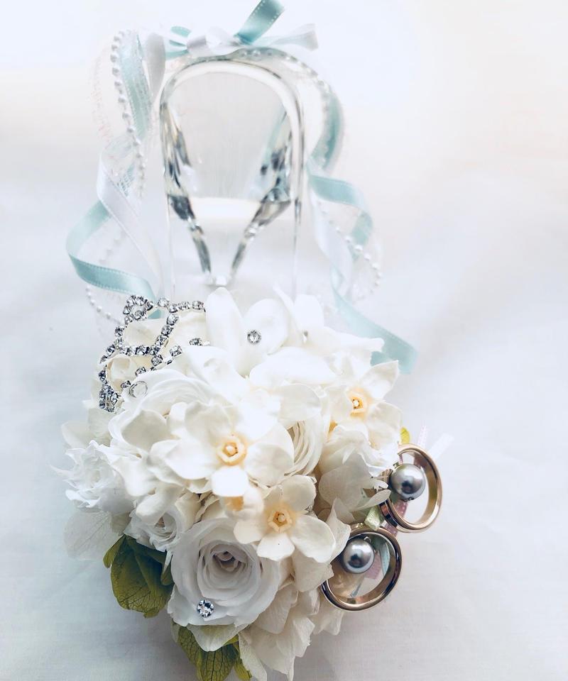 【プリザーブドフラワーリングピロー/本当のガラスの靴シリーズ】シンデレラのガラスの靴と白いお花の清楚でエレガントな輝きと誓い【リボンラッピング付き 送料無料】