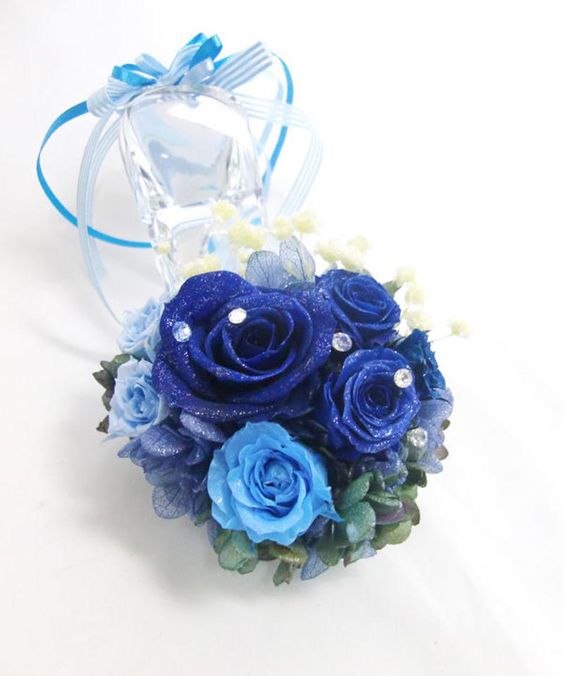 【プリザーブドフラワー/本当のガラスの靴シリーズ】シンデレラのガラスの靴に青とブルーの薔薇の神秘的な輝きとリボンを添えて