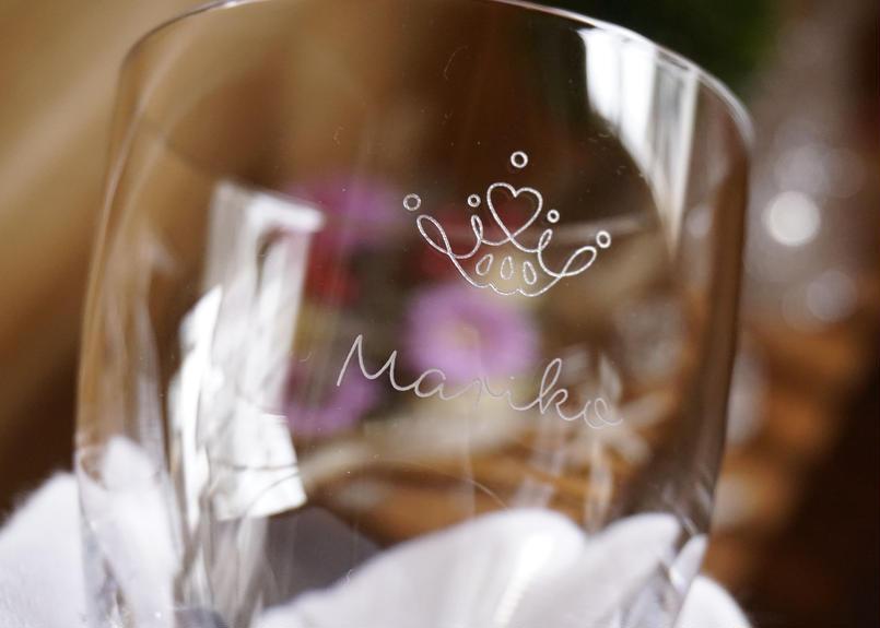 シンプルなティアラの名入れグラス