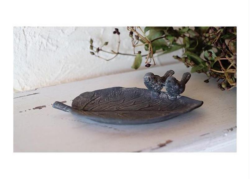 愛らしい小鳥のモチーフのソーサー