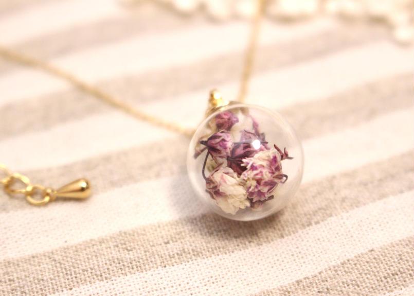 お花のガラスドームネックレス