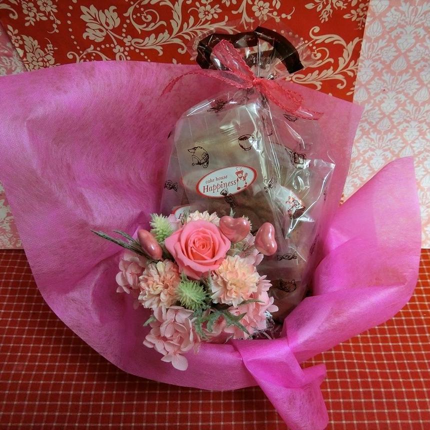 ハート柄の陶器カップにアレンジした薔薇のプリザーブドフラワーとハートの焼き菓子8袋のギフトセット