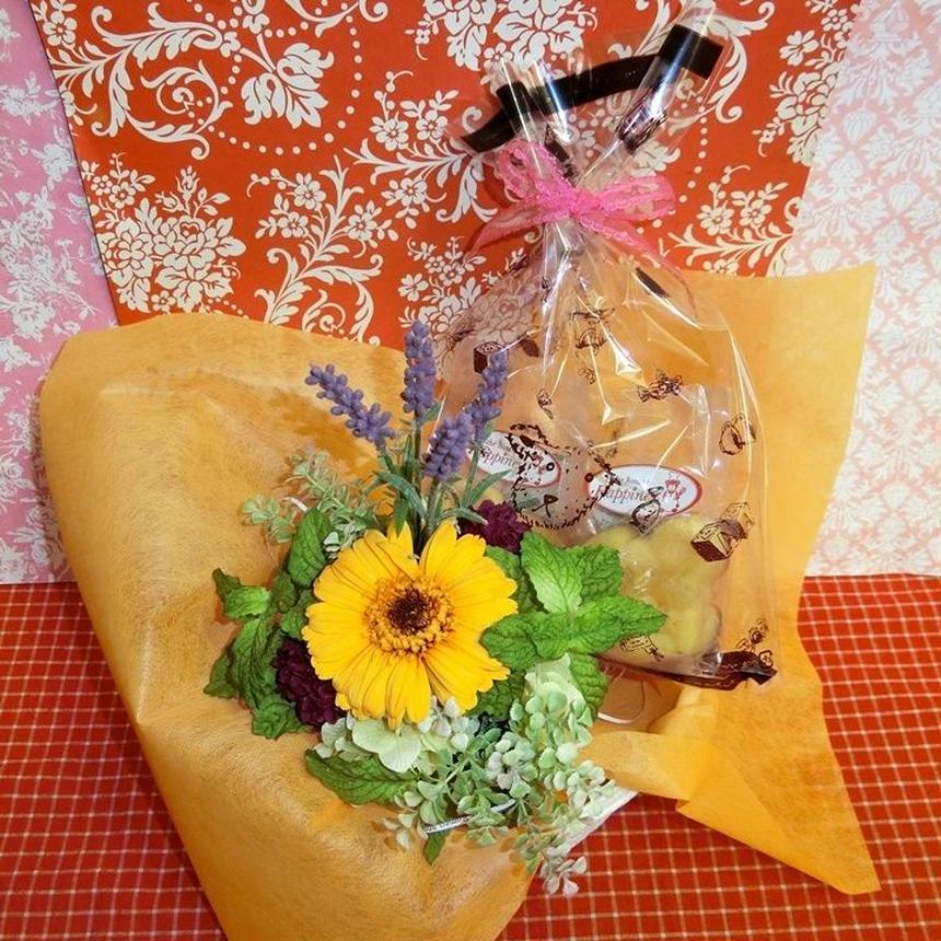 パープルのブリキの器にアレンジしたガーベラのプリザーブドフラワーと野菜や果物を使った焼き菓子のギフトセット(^^♪