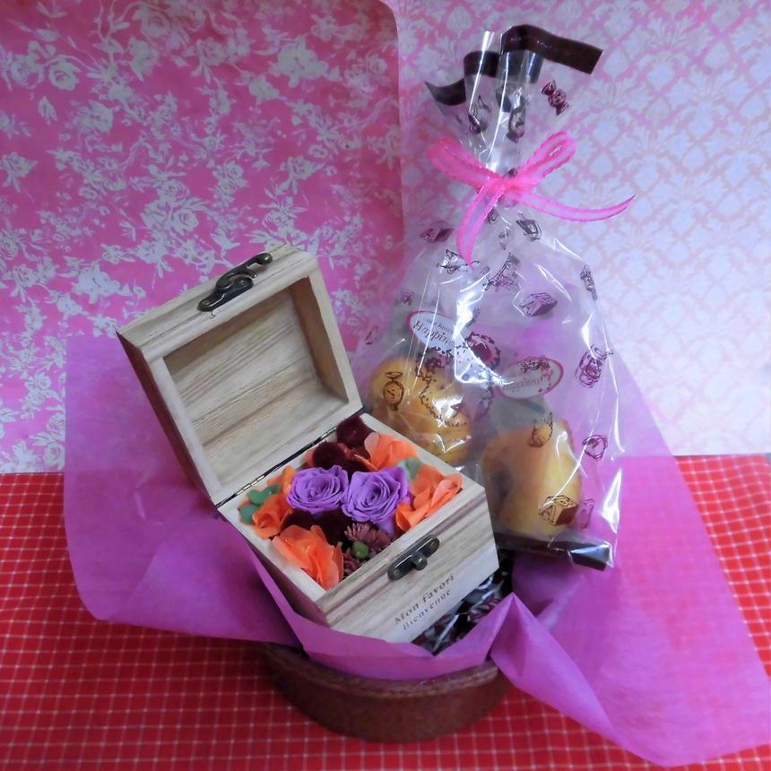 木箱に薔薇のプリザーブドフラワーの秋色アレンジと秋の焼き菓子2袋のギフトセット♪